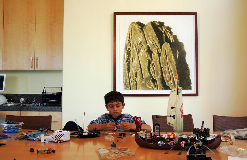 kleinzoon Dylan, thuis in Californië, aan de muur een contétekening uit 2005
